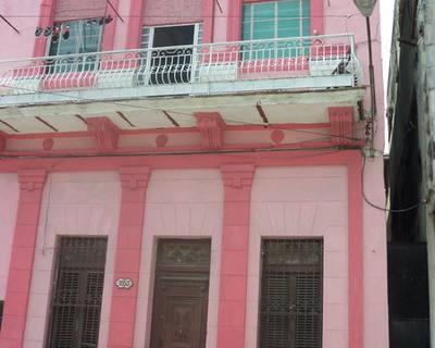 Bienvenidos al Hostal Casanovas, un pequeno edificio de solo dos pisos, muy elegante y discreto, ubicado en el centro de la capital habanera.
