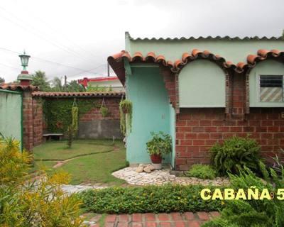 Cabaña 5 vista desde el patio-jardín interior con parqueos