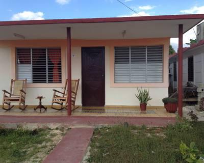 Casa particular con un portal grande .aquí se puede disfrutar de el ambiente cubano.