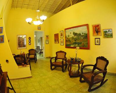 Salon de estar ambientado con pinturas de artistas contemporaneos